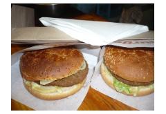 10. 2ks Zapekaný cheeseburger-bravčové mäso, kečup, zelenina, obloha, horčica, syr, 180g [1, 7, 10]